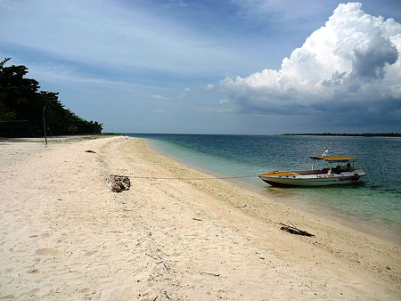 Strand von Great Santa Cruz - By Wowzamboangacity (MGM) via Wikimedia Commons